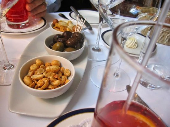 Hotel Mirabeau: Mirabeau - Appetizers (Peanuts, olives, etc.)