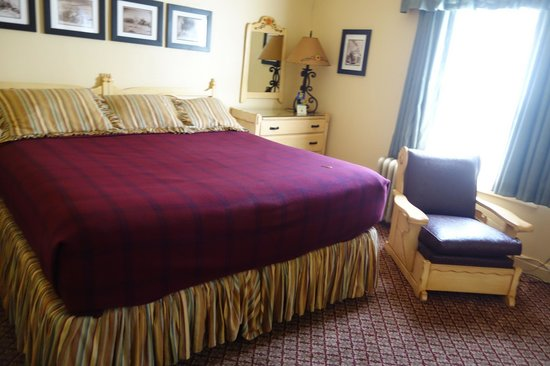 Dow Villa Motel: our HUGE super king bed in Historic Dow Villa Hotel