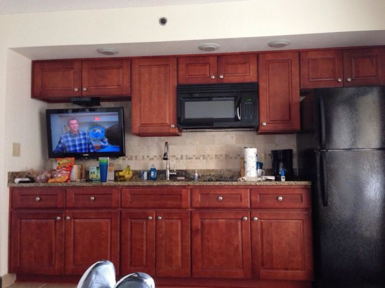 Beach Cove Resort: Kitchenette area as viewed from sitting in couch.  Two burner cooktop full sized fridge