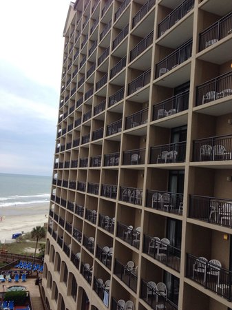 Beach Cove Resort: Tower B as viewed from Tower A