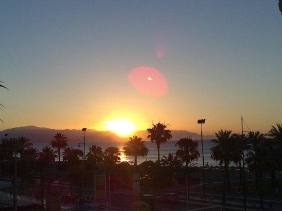 Bajondillo Apartments : levé de soleil vue du balcon