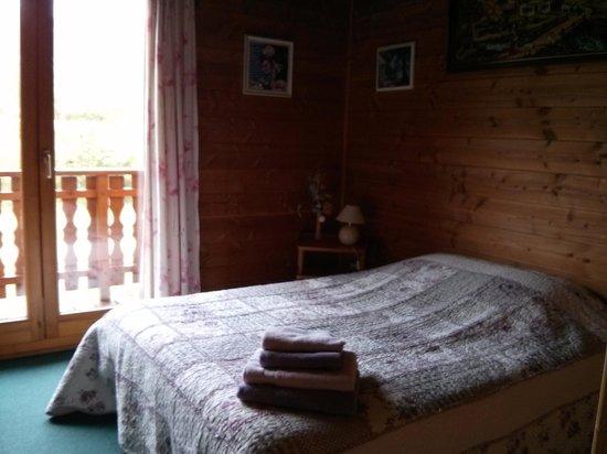 Le Retour aux Sources : First floor second room (carpet)