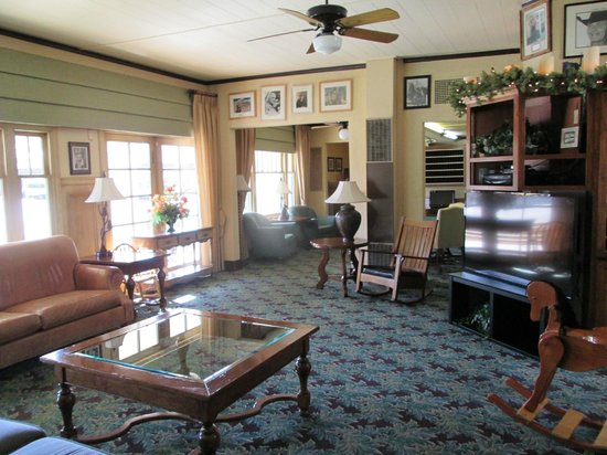 Dow Villa Motel: downstairs in Historic Dow Villa Hotel was lovely and welcoming