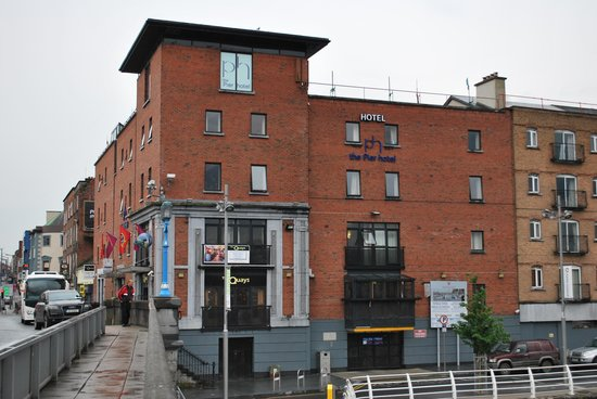 ذا بيير هوتل: The Pier Hotel from the bridge.  Parking is tucked below the hotel behind that black door.