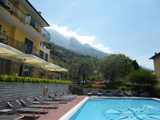 Wellness Hotel Casa Barca: Pool with hotel and mountains