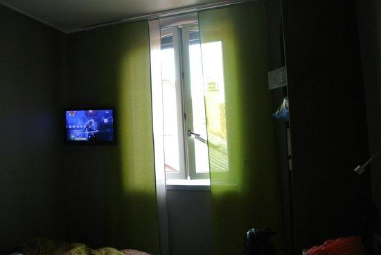 Hôtel de Bourgogne : Vue vers la télé et fenêtre