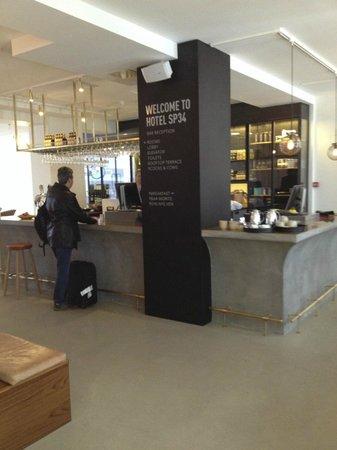Hotel SP34: Hotel Reception/Bar