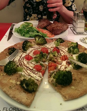 El Laurel : Lamb with rosemary and a wholemeal pizza with broccoli... Yum!!