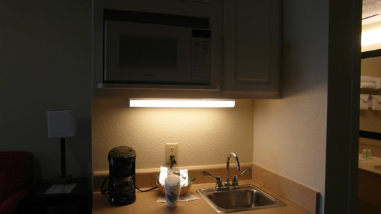 Comfort Suites Maingate East: Kitchen area with fridge,microwave coffe, m/c