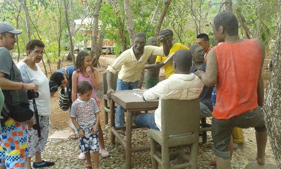 Parque Tematico El Pueblito Isleño San Andres: Visitantes en escultura del domino