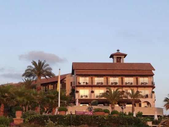 Elysium Hotel: Заходящее солнце заполняет территорию своим светом