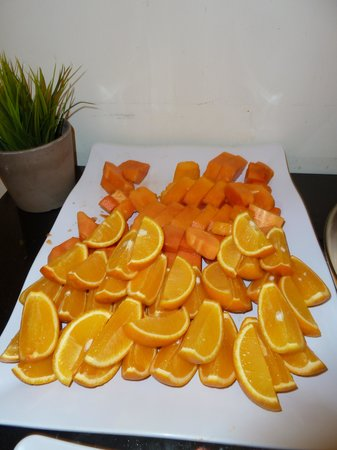 PARKROYAL Serviced Suites Kuala Lumpur : Fruit at the breakfast buffet