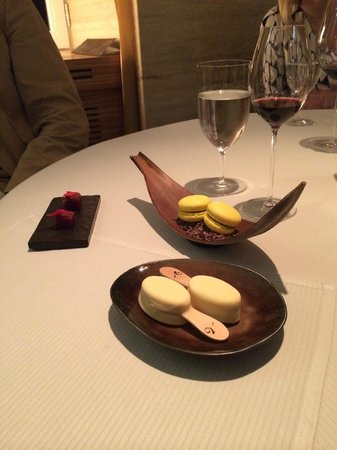 Gourmetrestaurant Vendôme: Macaron, Kokosmagnum, Himbeergelee