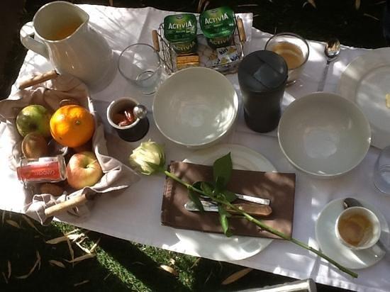 LE GOURGUILLON : et le petit-déjeuner, avec une rose...