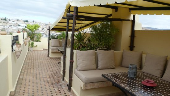 Riad Le Calife: espace détente sur la terrasse