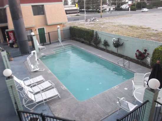 Ambassador Inn And Suites: Pool area / 19 avril 2014.