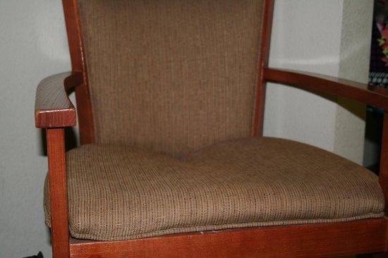 Red Roof Inn Charlottesville: Broken chair in room