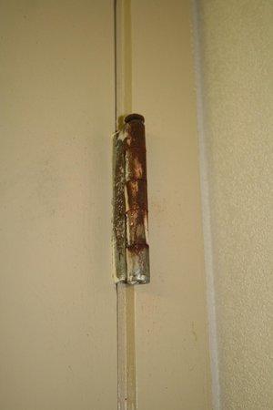 Red Roof Inn Charlottesville: all bathroom door hinges were rusty