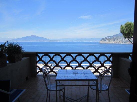 Minerva Hotel : Balcony view of Vesuvius and Sorrento