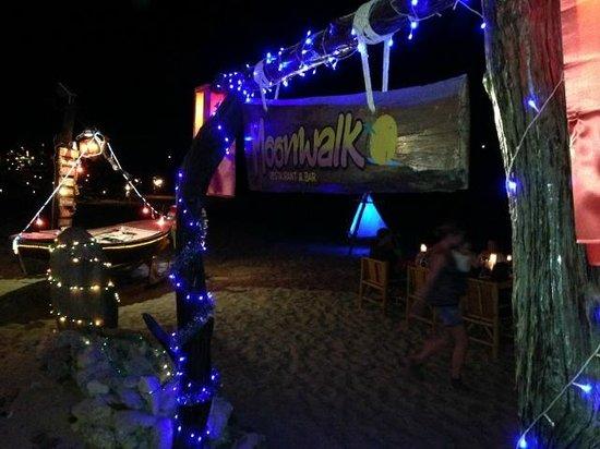 Moonwalk Lanta Resort: Restaurant entranca by night