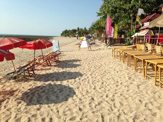 Moonwalk Lanta Resort: In front of the restaurant