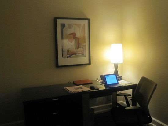 Hotel Andra: Good desk and chair in the room