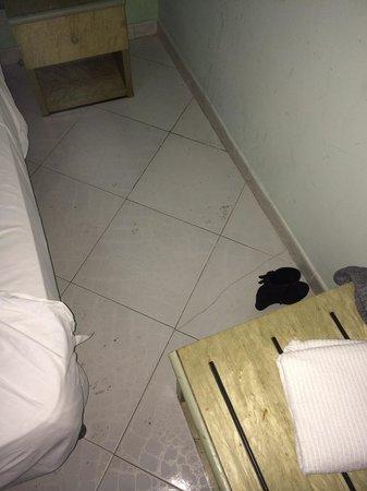 Hotel La Pace: Pavimento rotto e sporco