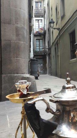 Ziryab Vinos y Tapas Fusio: Shisha in an alley