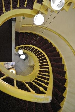 Hotel Van Eyck : La escalera a la habitacion en tercer piso