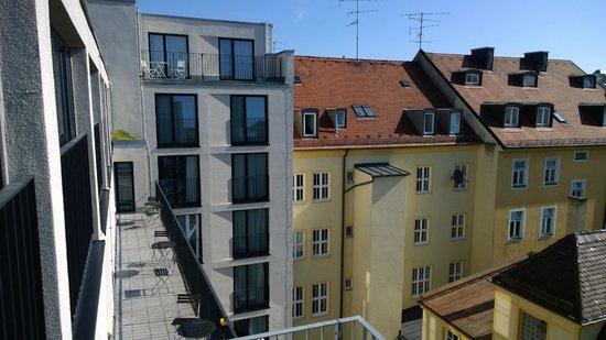 Hotel Demas City : View from breakfast room outdoor walkway