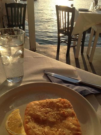Sunset Ammoudi Taverna: Fried halloumi (?) cheese - amazing!