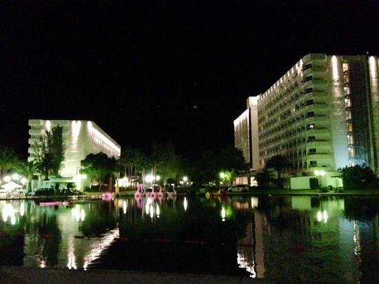 Club MAC Alcudia: night view from lake