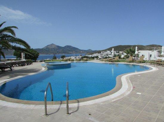 Santa Maria Village: Vista da piscina com a cidade de Adamas ao fundo