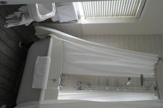 The Hampton's Hotel: Huge roll top bath