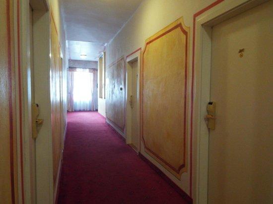 Hotel Kampa-Stara Zbrojnice: Corredor dos quartos