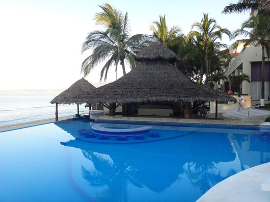 Bel Air Collection Resort & Spa Vallarta : Early morning veiw of our spot at the pool.