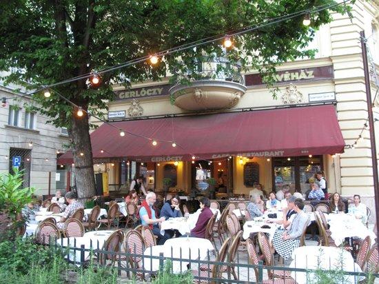 Gerloczy Kavehaz Cafe and Restaurant : Gerloczy Cafe outside dining area