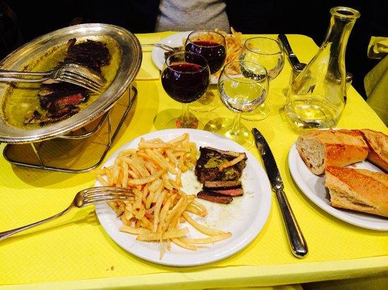 """L'Entrecôte: Eso es todo patatas fritas con """"entrecot"""" o bistec y salsa con predominante mantequilla."""