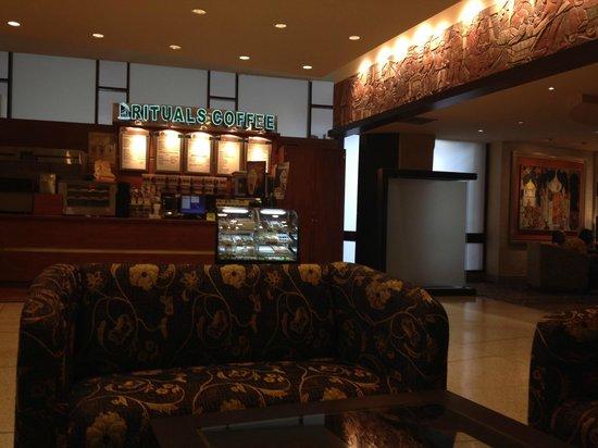 Hilton Trinidad & Conference Centre : Cafe del Lobby, Hall de espera o estar.