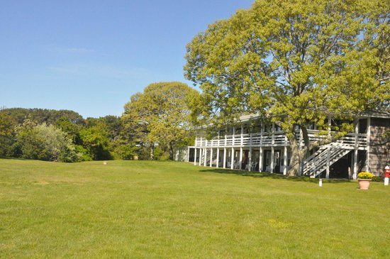 Island Inn: Spacious and beautiful grounds with guest charcoal grills and picnic tables