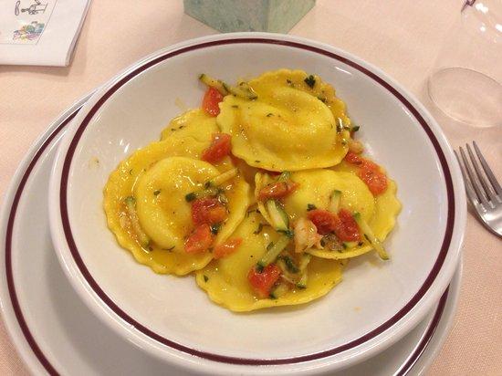 Hotel Ginevra : Tortelli con ripieno di gamberetti con pomodorini e zucchine...!!! Fantastici...!!!