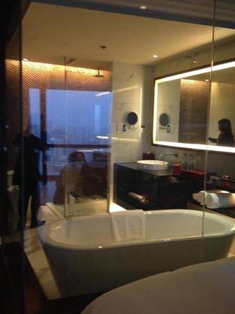 Renaissance Beijing Capital Hotel: banheiro com vista opcional para o quarto