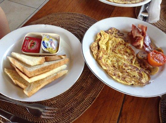 Arya Amed Beach Resort: The breakfast
