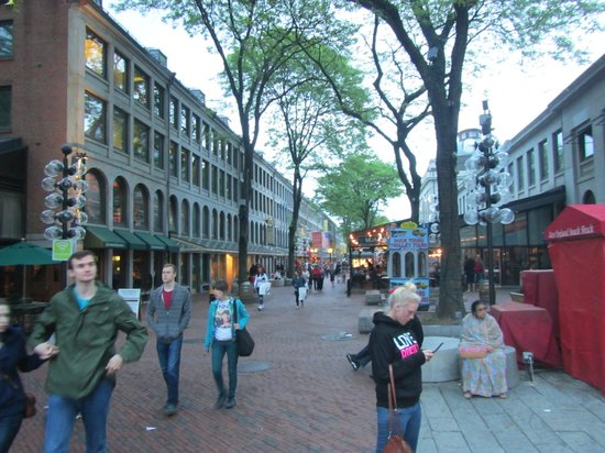 Faneuil Hall Marketplace : view along the side on the outside