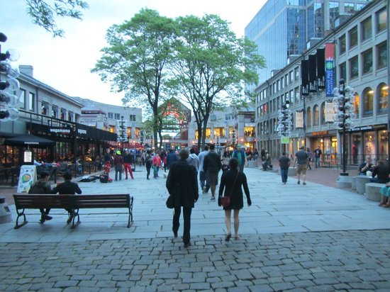 Faneuil Hall Marketplace : Walking around some shops