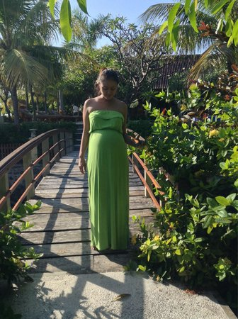 Arya Amed Beach Resort: Preggy on the bridge