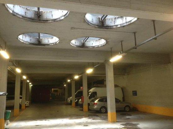 Novotel Milan Nord Ca Granda: Le garage avec les grilles d'aération où la pluie entre directement!