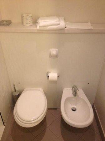 Novotel Milan Nord Ca Granda: Les toilettes et le bidet dans la salle de bain.