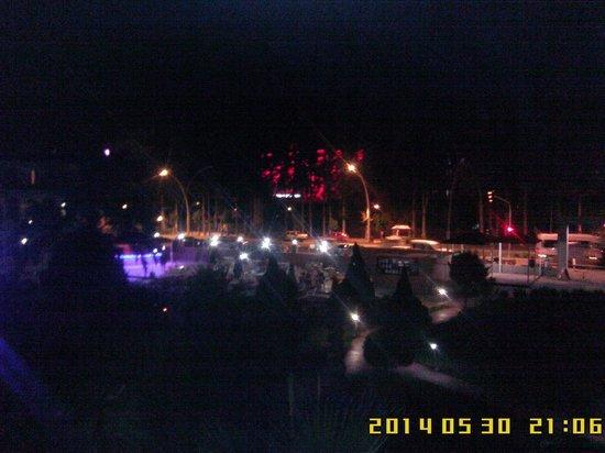 Club Ares Kemer: Вид из номера на территорию.ночь