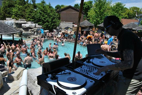 Commodore Resort : MIST Pool DJ
